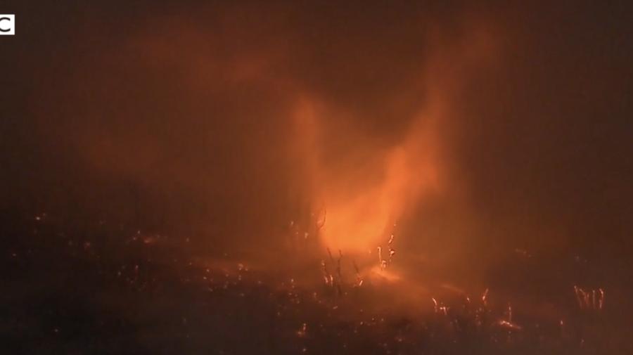 VIDEO TORNADA de flăcări în California! Oamenii, neputincioși în fața unui adevărat dezastru