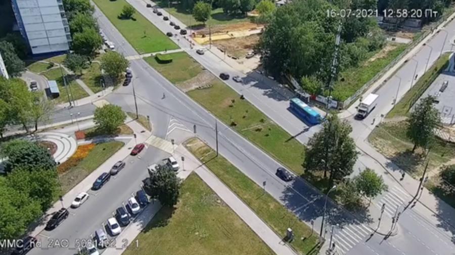 """VIDEO Moment înfiorător! O șoferiță """"a șters"""" de pe trecere de pietoni trei copii de 9 luni, 4 și 5 ani"""