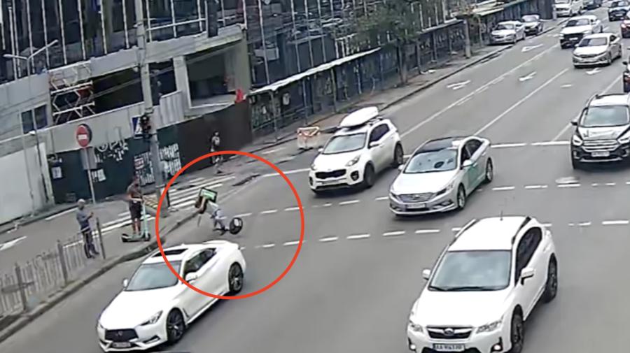 Monociclu și drumurile proaste, incompatibile! Momentul în care un tânăr cade printre mașini din cauza unei denivelări