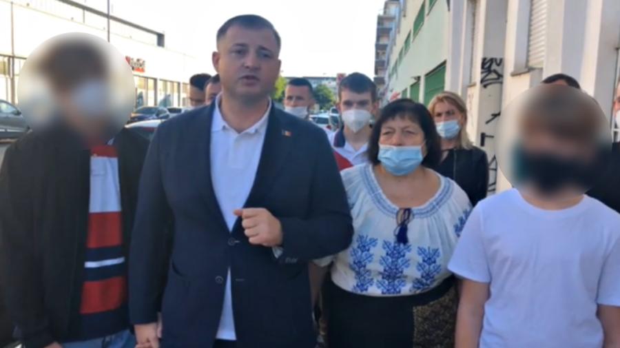 """VIDEO Cavcaliuc a votat din Italia cu mama! """"Le doresc un viitor mai bun"""", a spus el, trăgându-și copiii de mână"""