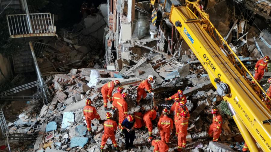FOTO Groaznic! Un hotel din China s-a prăbușit din cauza renovărilor frecvente din ultimii ani. 17 oameni au murit