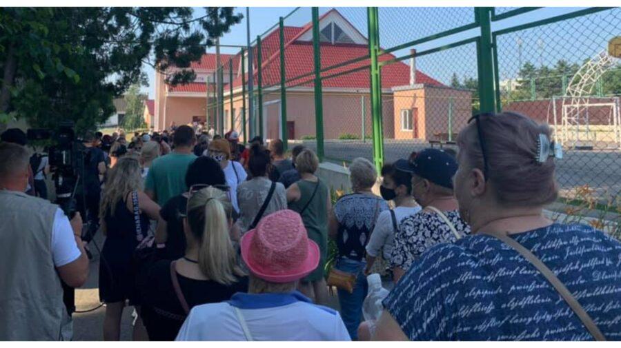 """FOTO """"Mai motivați ca niciodată"""". Moldovenii din Transnistria fac coadă la urnele de vot din Varnița"""