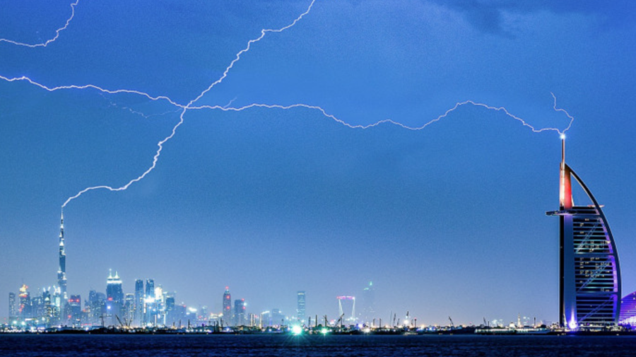 """Emiratele Arabe Unite au """"comandat"""" ploi artificiale pentru a opri un puternic val de căldură"""