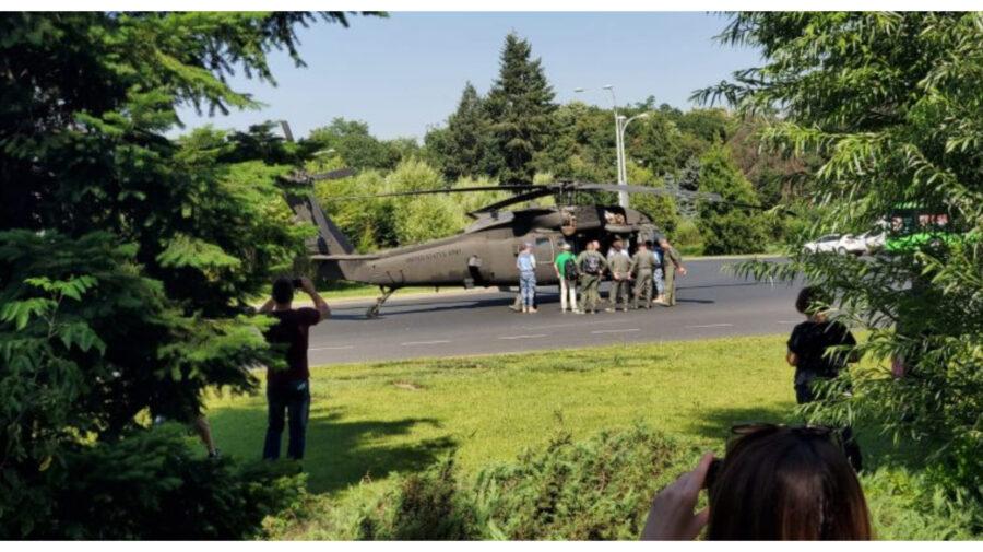 FOTO Incident major la București. Un elicopter american a aterizat forțat în Piața Charles de Gaulle din București