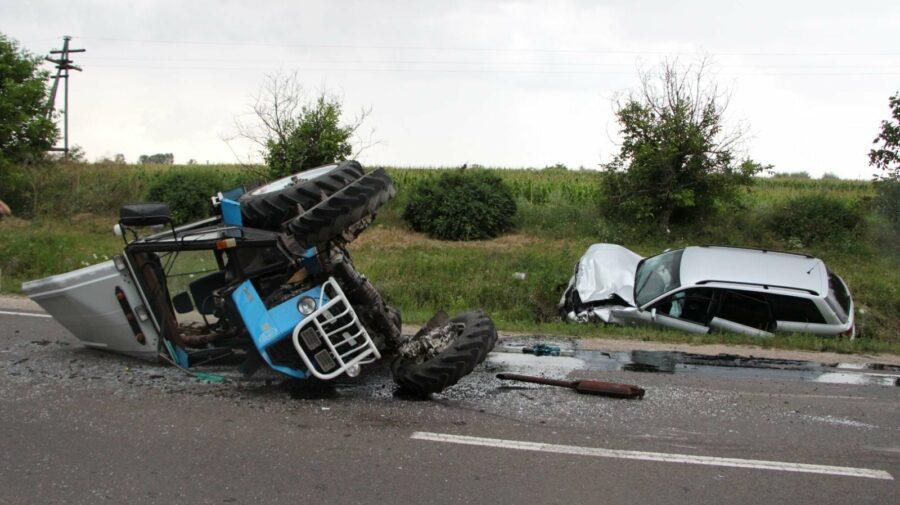 FOTO Șoferul automobilului era în stare de ebrietate? A tamponat violent din spate un tractor