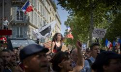 Franța cedează presiunii protestelor. Prezentarea green pass-ului în magazine, eliminate