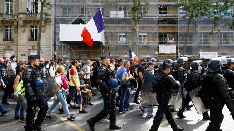 În pofida protestelor masive din Franța, a fost aprobat permisul de sănătate COVID, care permite accesul în localuri