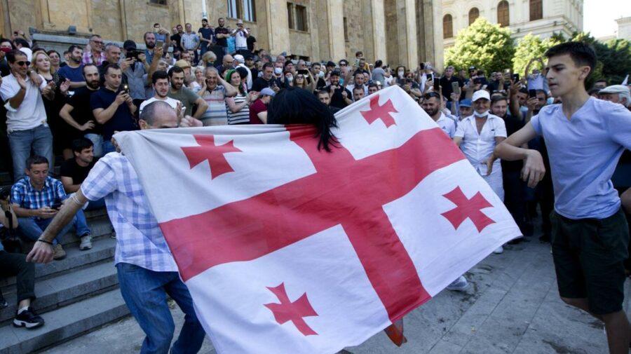 VIDEO Proteste și bătăi în Parlamentul Georgiei. Afară, oamenii i-au împroșcat cu ouă