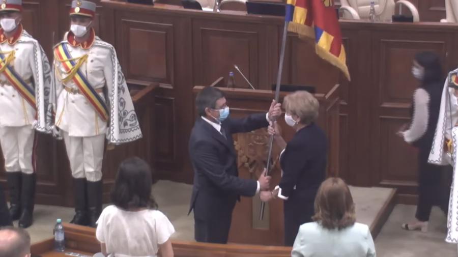 Unul ție, unul mie. Grosu a primit stindardul original al Parlamentului, iar Greceanîi s-a ales cu o copie a acestuia