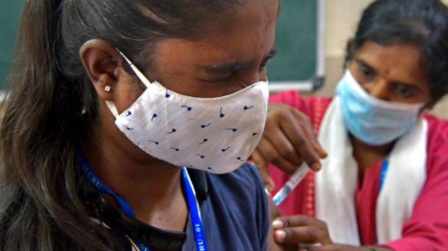 Mii de oameni au fost vaccinați cu saramură în India, dar li s-a spus că e vaccin anti-COVID-19