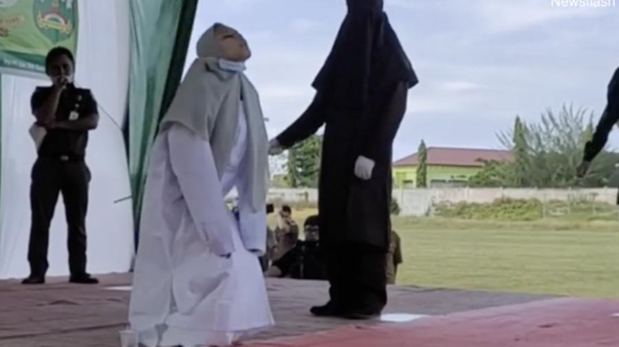 Indonezia. Momentul în care o femeie biciuită în public pentru sex în afara căsătoriei se prăbuşeşte de durere