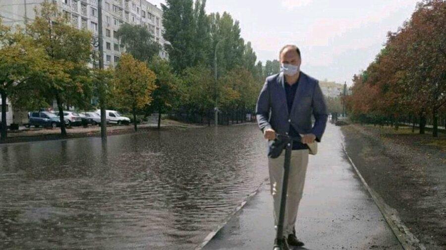 FOTO Submarinul 35, BECS până la brâu în apă sau Dodon la scăldat! Ploaia de ieri din Chișinău, redată în meme-uri