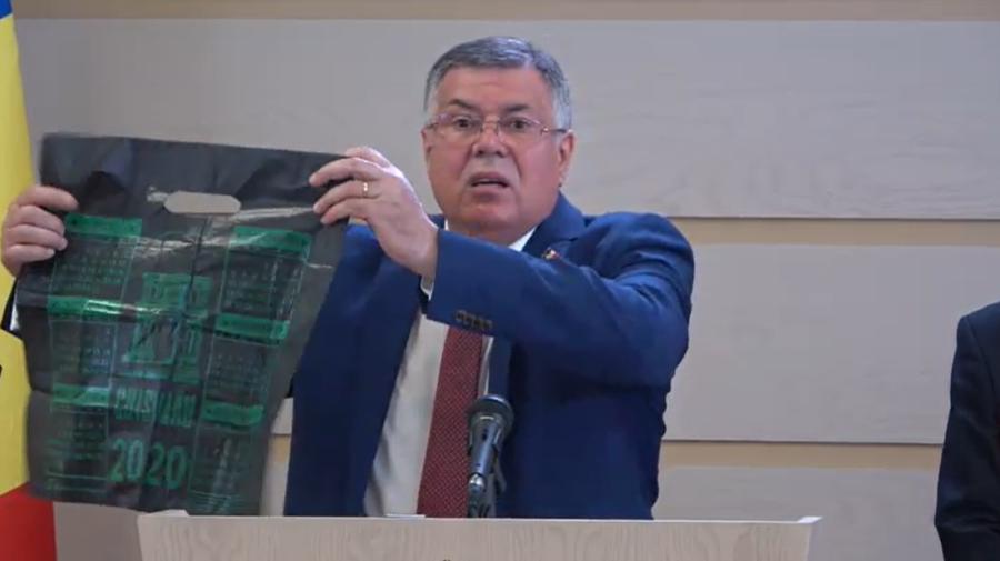 """VIDEO Candidații PUN, cu noi acuzații la o conferință de presă. Au scos """"simbolul corupției"""" al Republicii Moldova"""