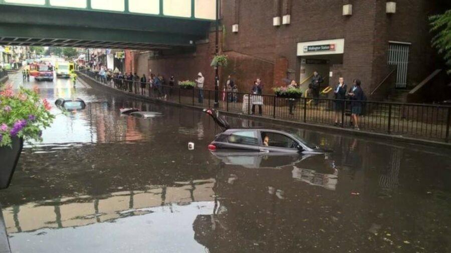 VIDEO Ploile abundente au inundat mai multe stații de metrou din Londra