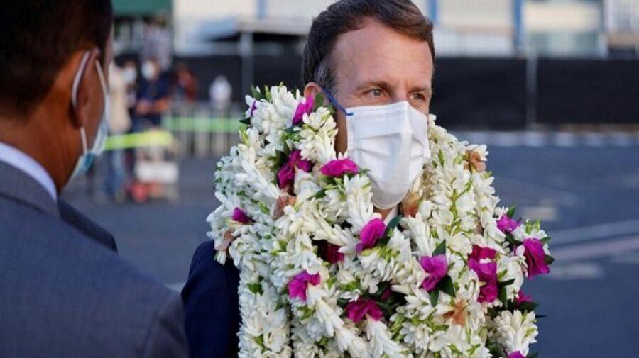 VIDEO Cum respiră? Macron, împotmolit în flori, în una din vizitele sale oficiale recente