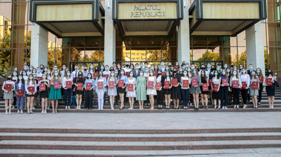 Perseverența, răsplătită. Peste 100 de absolvenți au ridicat din mâna Maiei Sandu Diploma de onoare a președintelui