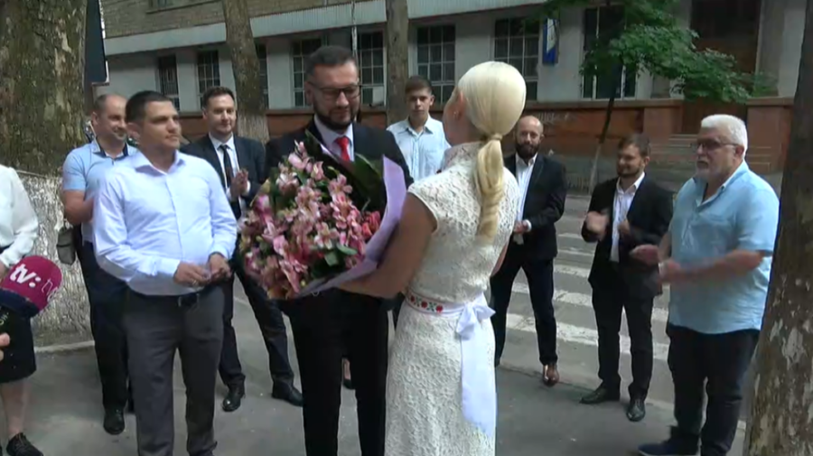 """VIDEO Ca la examen. Tauber, printre alegătorii matinali! I s-au dat flori după votare: """"Stați să vă pup"""""""
