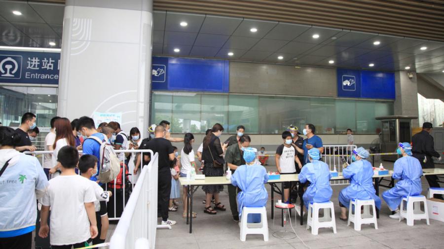 Autoritățile au închis orașul Nanjing, ca să-i testeze pe cei peste 9 mil. de locuitori din cauza unui focar de COVID