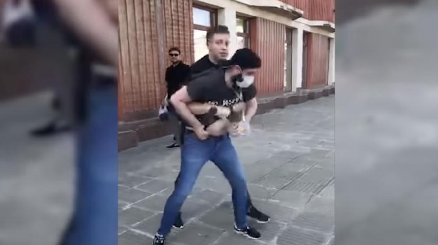 VIDEO Jurnaliști din nordul țării, agresați de către oamenii lui Dodon în tricouri cu drapelul Federației Ruse