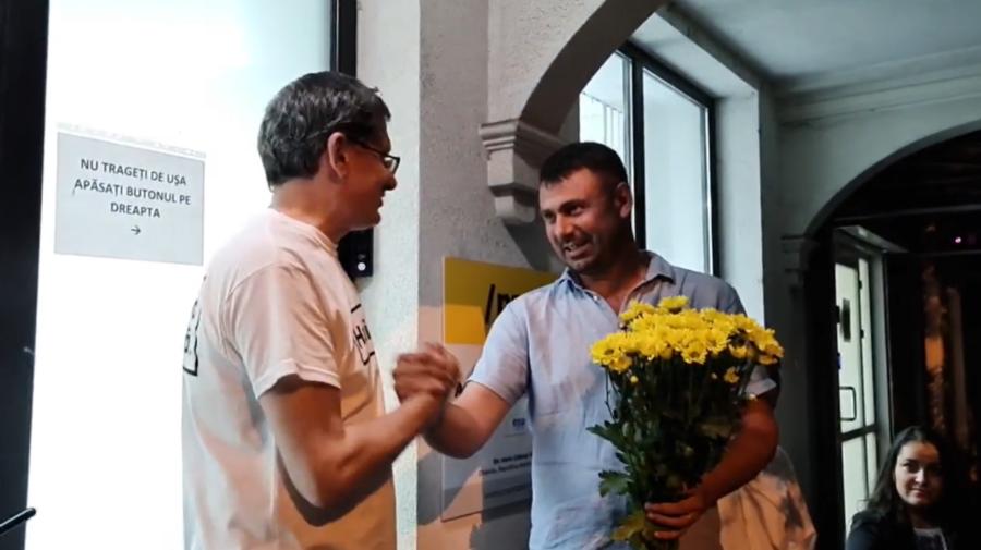 VIDEO Vasile Costiuc, chiar dacă nu a mai devenit deputat, a fost după miezul nopții la sediul PAS cu flori