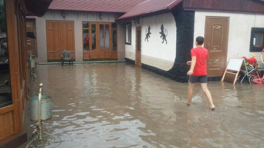 FOTO, VIDEO Salvatorii la datorie: În urma ploilor puternice, pompierii au pompat apa din 33 de gospodării din țară