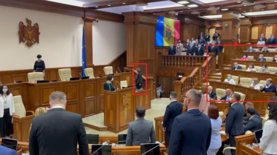 VIDEO Bădărănie și lipsă de respect. Deputații PSRM și PCRM nu s-au ridicat când în Maia Sandu a intrat în sală