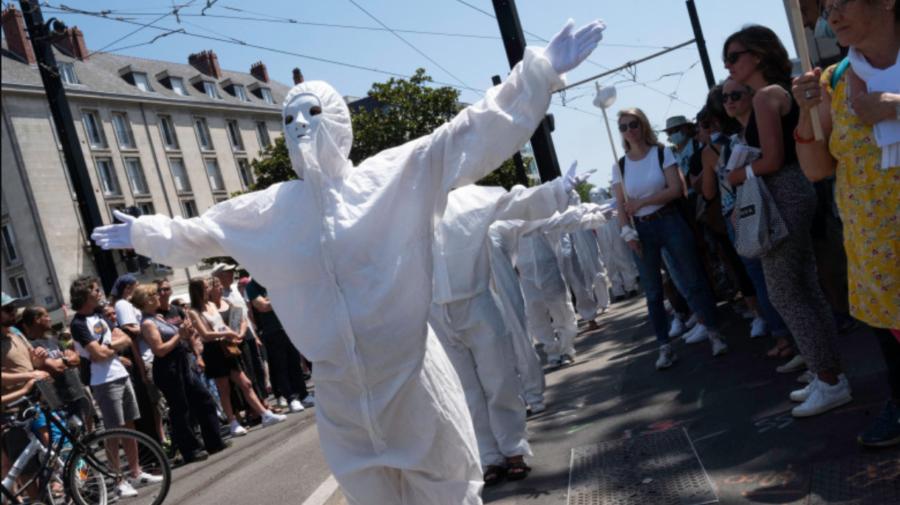 Zeci de mii de francezi au protestat împotriva vaccinării anti-COVID-19. Două centre de vaccinare, vandalizate