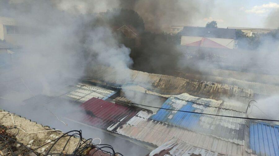 FOTO Piața din orașul Rezina, cuprinsă de flăcări. Mai multe gherete au fost deteriorate