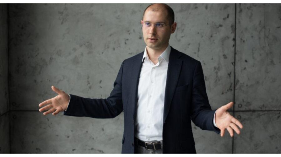 Bătaia de marți de la TV, abordată de Tofilat într-un Stund-Up: La emisiuni nu trebuie cu pumnul…trebuie cu piciorul