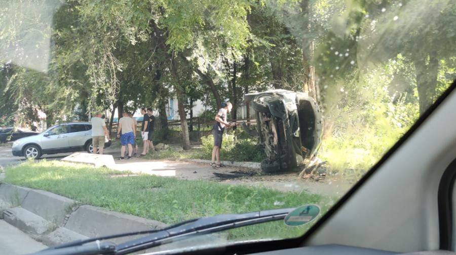 FOTO Accident groaznic în Capitală! O mașină a ajuns cu roțile în sus pe contrasens după impact