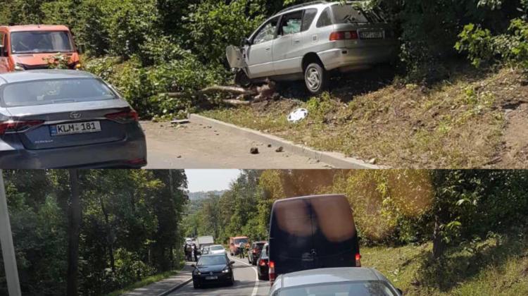 FOTO S-a oprit în copacii de pe marginea drumului! Un șofer și-a făcut praf mașina la Ciocana