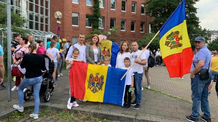 """VIDEO """"Toarnă, nea Costică"""", a răsunat la o secție de votare din Germania! Moldovenii, prinși într-o horă"""