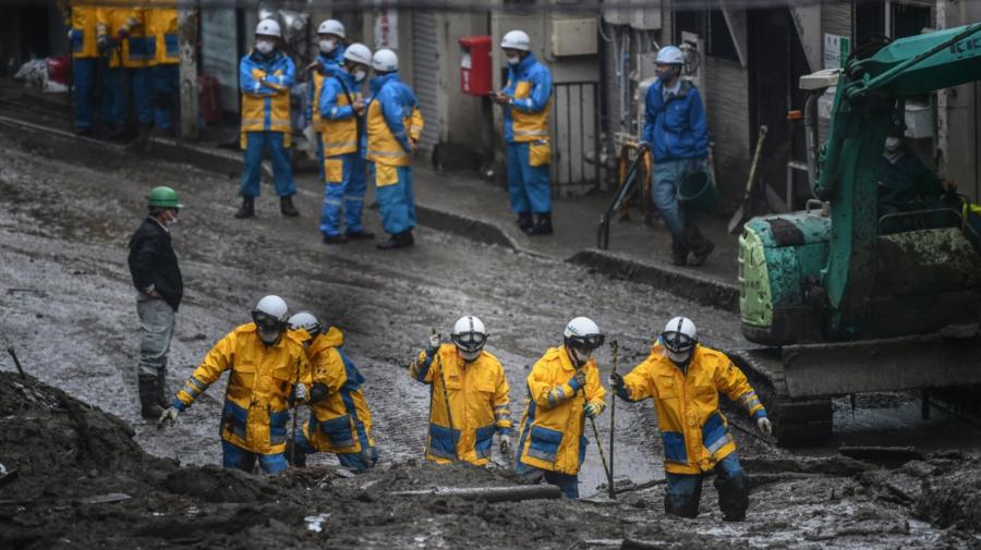 Imagini CATASTROFALE! Salvatorii din JAPONIA îndepărtează noroiul pentru a CĂUTA supraviețuitori