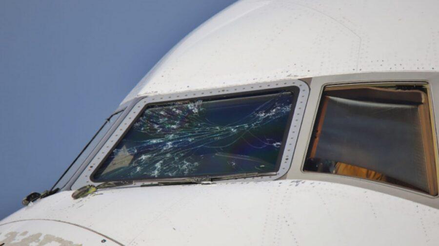 FOTO Un avion Emirates a fost găurit de grindină. A aterizat de urgență!