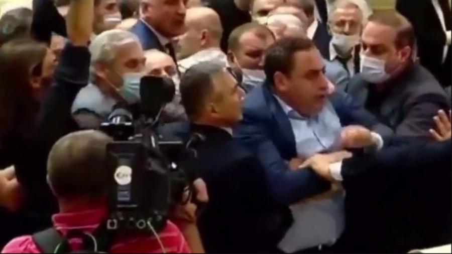 VIDEO Deputații din Parlamentul Georgiei s-au luat la bătaie. Protestatarii cer demisia Guvernului georgian