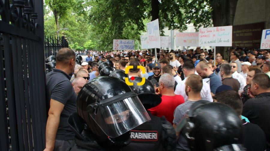 """FOTO """"Ținem stoiacul, că se rezolvă soarta țării"""". Din mesajele """"poliției politice"""" la protestele PDM de acum doi ani"""