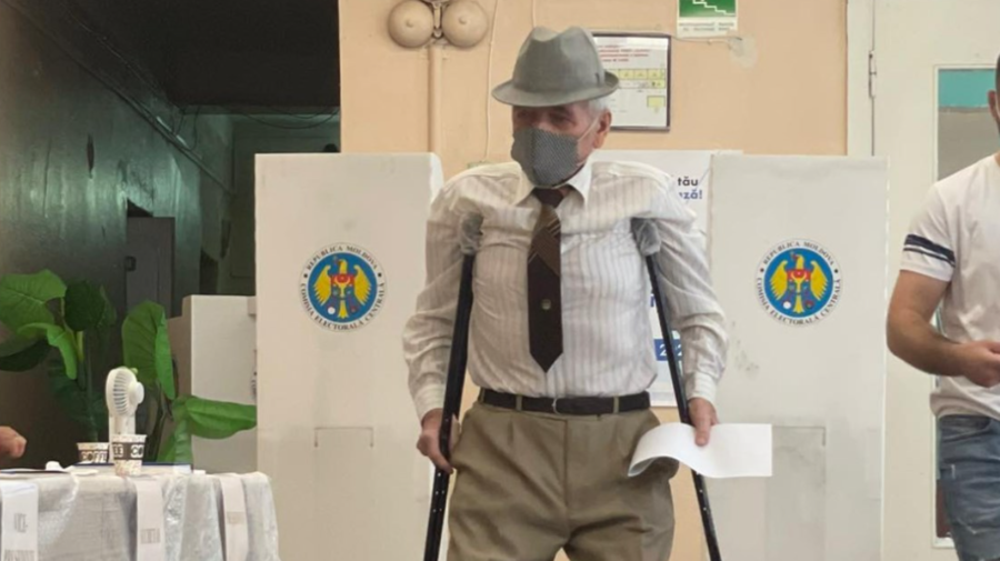 FOTO Mesajul EMOȚIONANT al unui internaut: Dacă bunelul fără picioare s-a prezentat la vot…