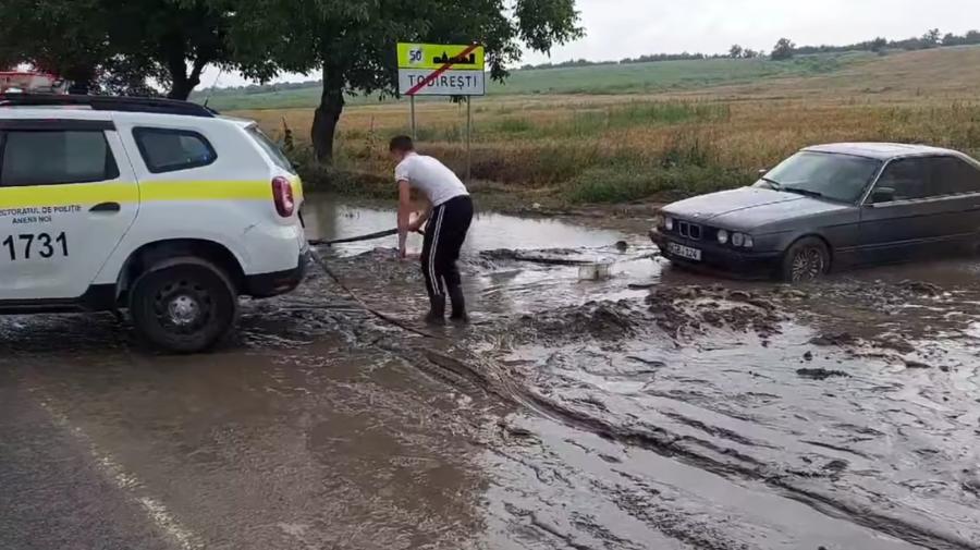 """VIDEO A rămas """"îngropat"""" în nămol! Momentul în care o patrulă a poliției scoate un BMW la Anenii Noi"""