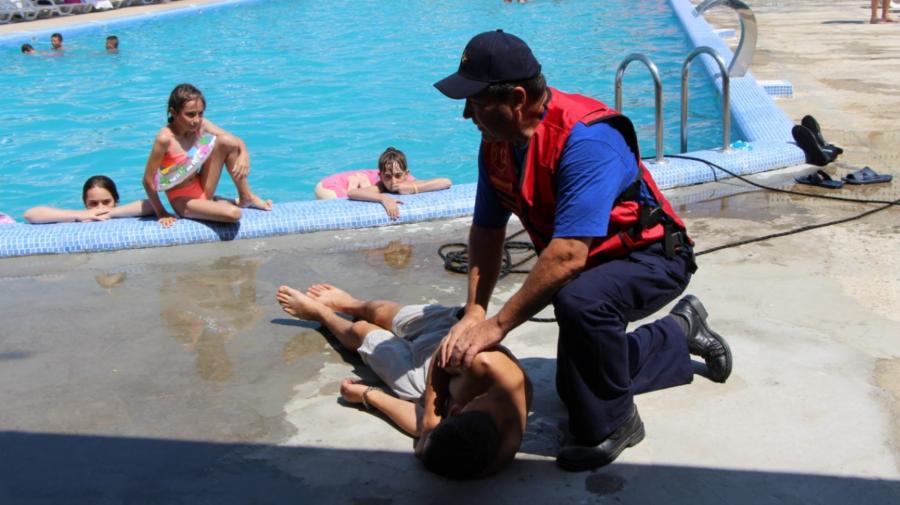 FOTO IGSU informează populația cu privire la riscurile scăldatului. A fost simulată extragerea unei persoane înecate