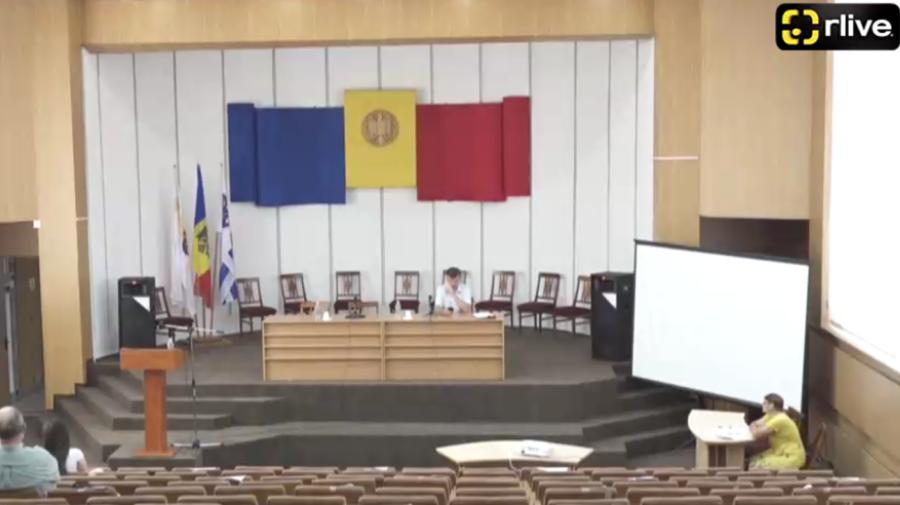 """VIDEO Bate vântul la CMC! Consilierii municipali sunt în vacanță? """"Mai stau afară, aici trebuie cu masca de stat"""""""