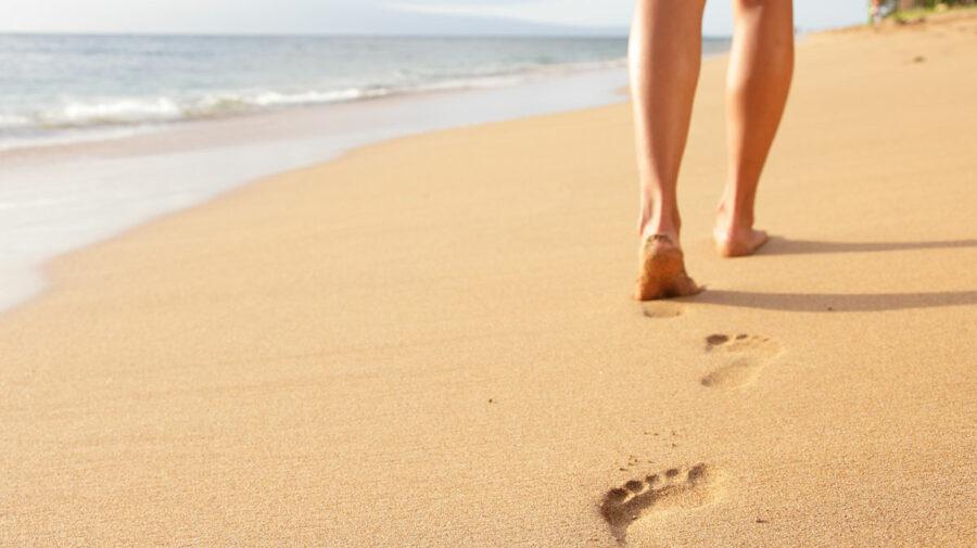 Desculţ pe nisip! Cum îți poate influența sănătatea și care sunt beneficiil