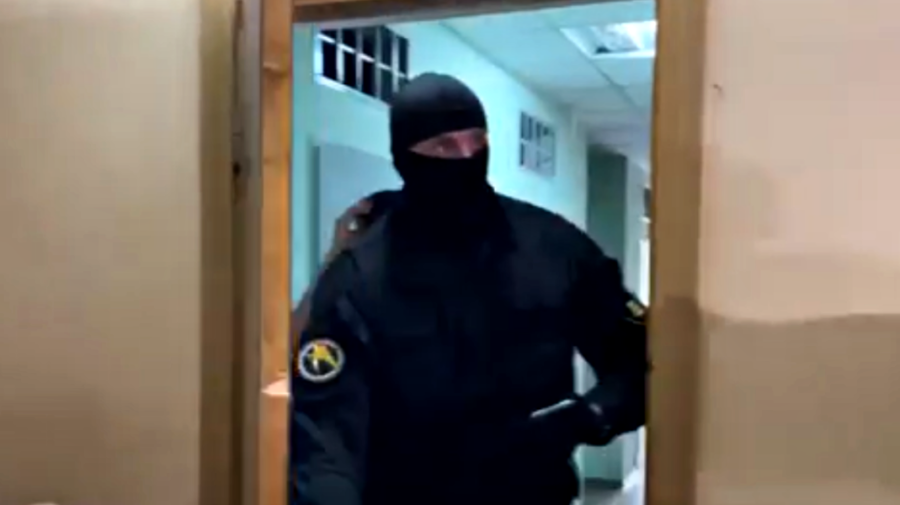 VIDEO😂 Tocmai a tresărit! Un mascat s-a speriat de jurnaliști la ședința privind arestul lui Damir. Se râde în hohote!