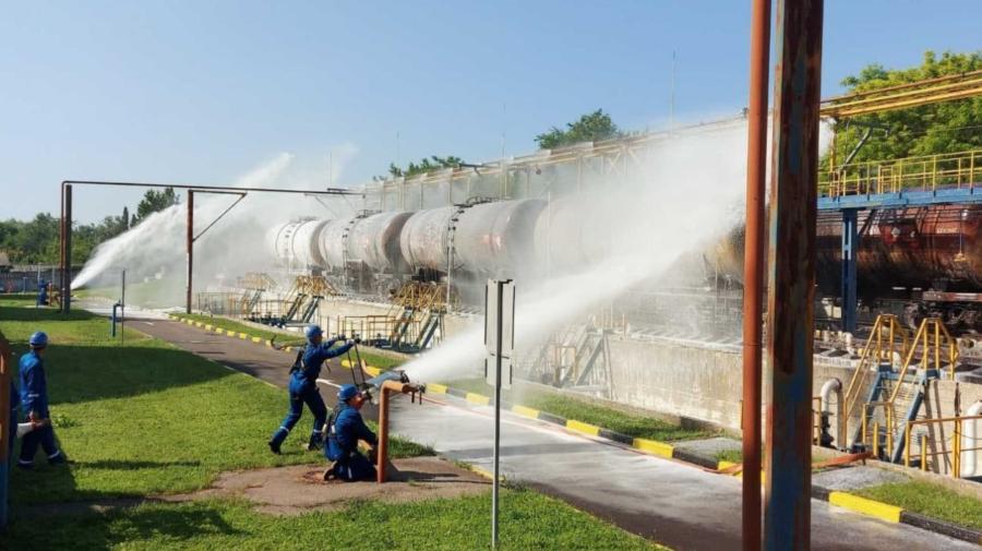 """FOTO Bază petrolieră din Chișinău, """"asaltată"""" de pompieri. Ce s-a ÎNTÂMPLAT"""