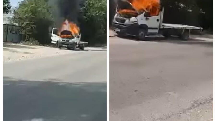 VIDEO O mașină din Capitală, cuprinsă de flăcări. Șoferul nu a avut de suferit
