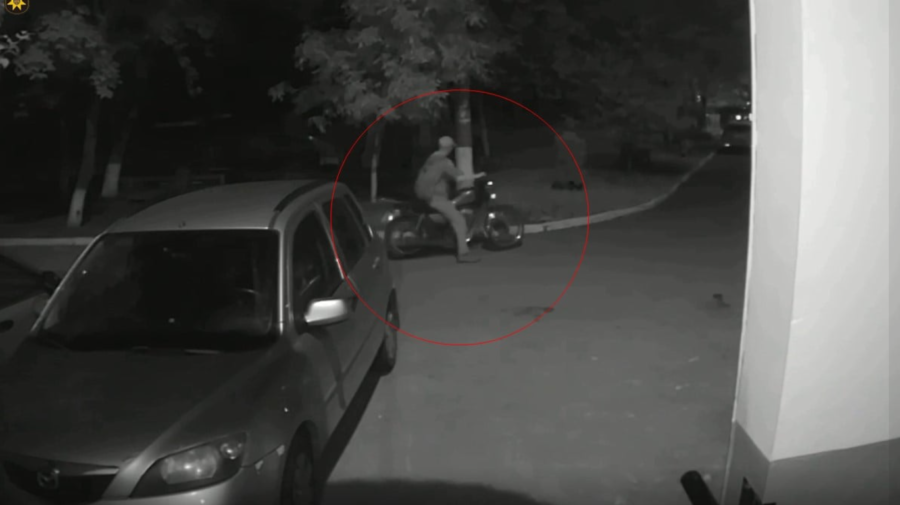 VIDEO N-a fost să fie. Indivizi din Capitală, reținuți pentru că au furat o motoretă și au vândut-o