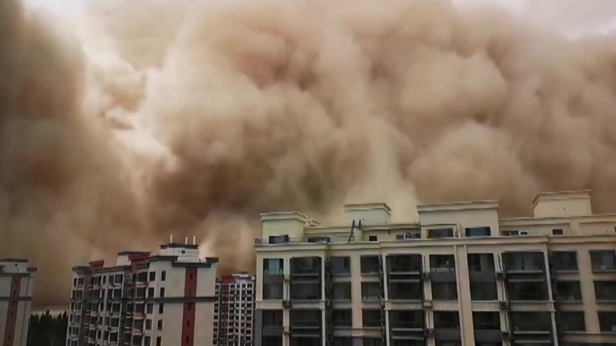FOTO O furtună uriașă de nisip a făcut ravagii într-un oraș istoric din China