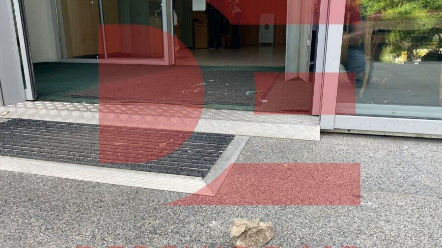 VIDEO Geamurile de la intrarea în clădirea Guvernului, sparte! Făptașul vrea la pușcărie pentru că nu are unde locui