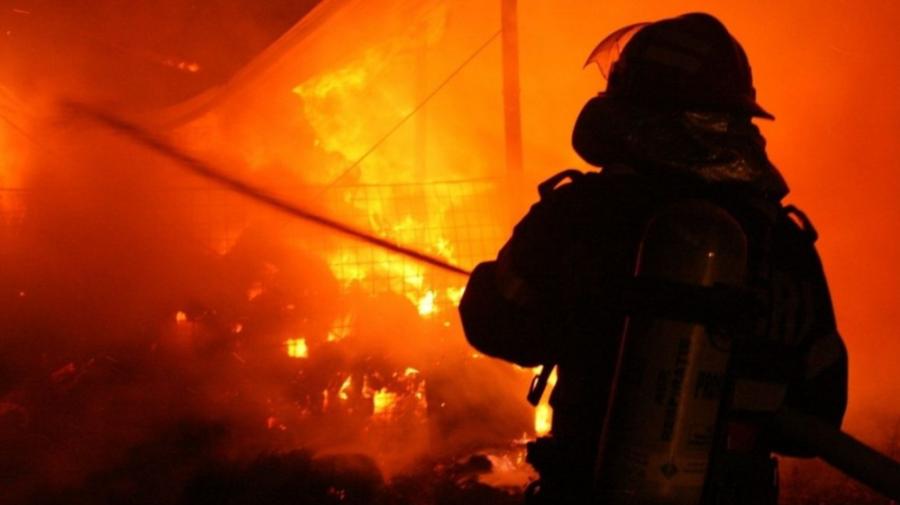 FOTO Gospodărie din Comrat, cuprinsă de flăcări. Butelie de gaz, evacuată de pompieri