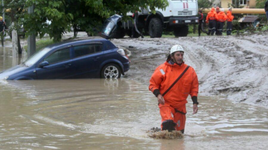 """VIDEO A venit potopul la Soci! Mașinile sunt """"luate pe sus"""" de apă, iar locuitorii sunt rugați să fie gata de evacuare"""
