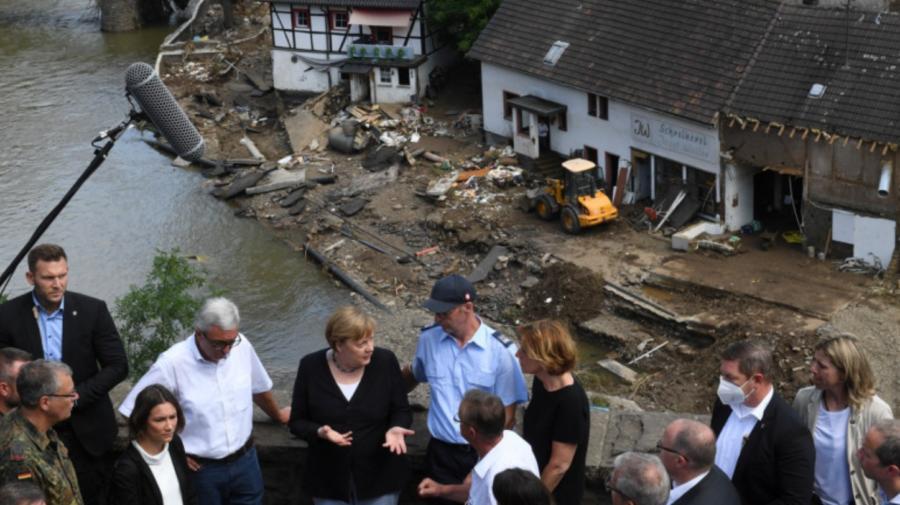 """FOTO Angela Merkel a vizitat zonele devastate de inundații în Germania! A rămas """"copleșită"""" la vederea pagubelor"""